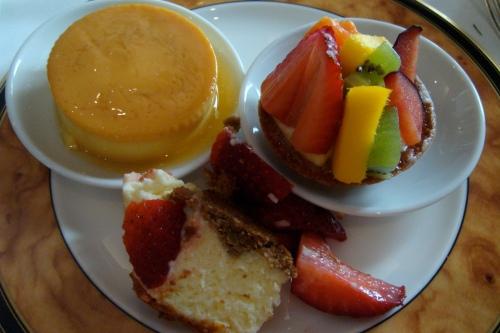 My plate of dessert #1: flan, fruit tart and cheesecake!